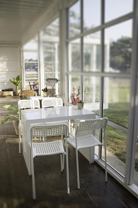 White table and chair in cargo container living room フォト