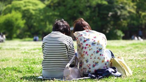 Two women enjoy a picnic. ピクニックを楽しむ2人の女性 ライブ動画