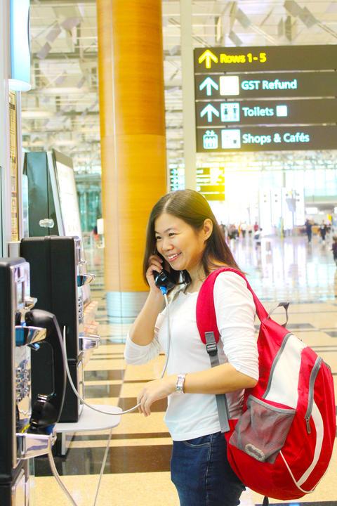 phone call at airport Fotografía