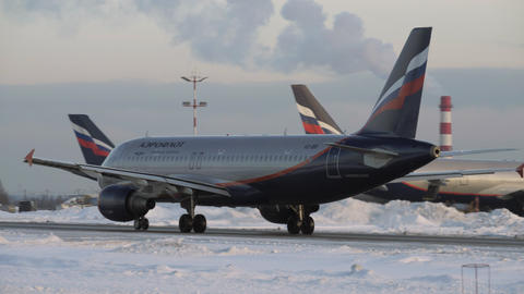 Aeroflot Airbus A320 taxiing to runway at Moscow airport in winter Archivo