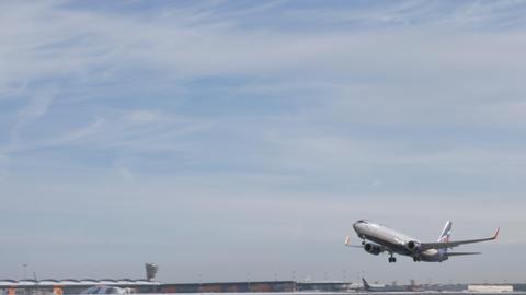 Aeroflot Boeing 737-800 taking off and gaining height Archivo