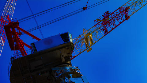 A time lapse of moving cranes behind the blue sky in Tokyo closeup ビデオ