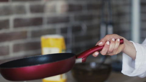 Homemade pancake in a frying pan. The process of flipping a pancake in a frying Archivo