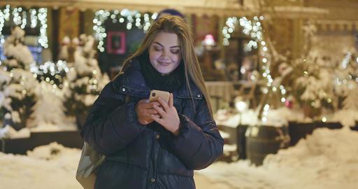Woman using Mobile Phone During Walk on Streets of Night…, Acción en vivo