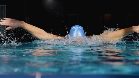 Male swimmer performing butterfly stroke Archivo