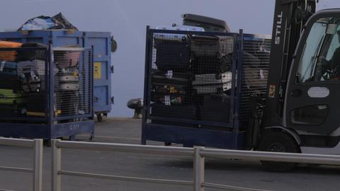 Loading luggage onto the cruise ship Archivo
