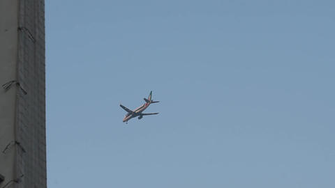 The plane flies low over the city. The plane flying in the sky Live Action