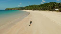 man jogging on the beach in summer Archivo