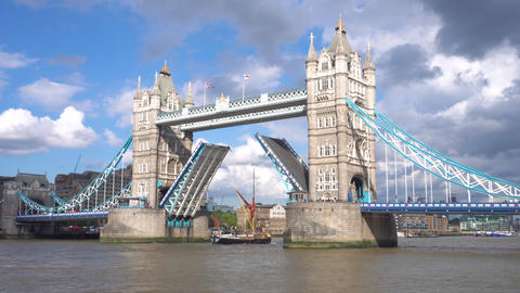 Iconic Tower Bridge in London, UK, scenic clouds, over the lifted bridge, and Archivo