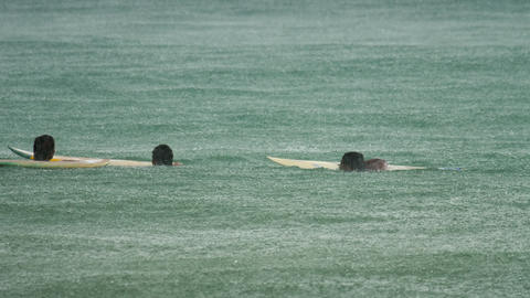 Surfer on the waves at havy rain Archivo