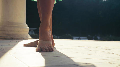 Bare feet of a woman dancing on a stone floor Live影片