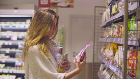 Young attractive woman in a supermarket Archivo