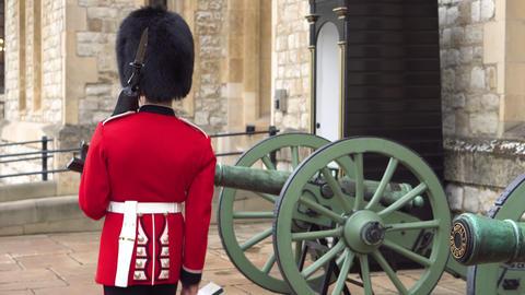 Unrecognizable Queens guard marching and guarding Tower of London, England Acción en vivo