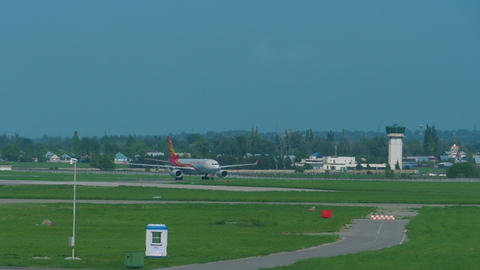 Hong Kong airlines Airbus 330 approaching Live Action