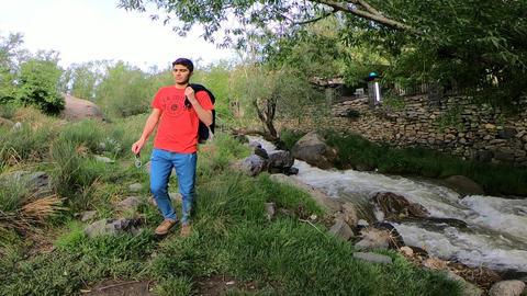 Walking along the river ビデオ