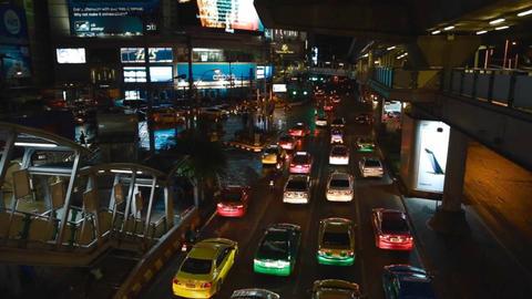 night view of car traffic from Sukhumvit MRT Station Live影片