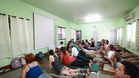 yoga class doing cobra pose Live影片