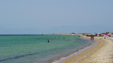 Greek Mediterranean unorganized beach with crowd in Chalkidiki ビデオ