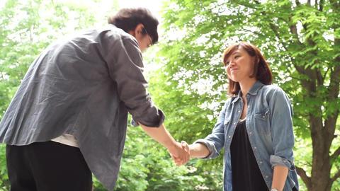 Men and women to shake hands. 握手をする男女 ビデオ