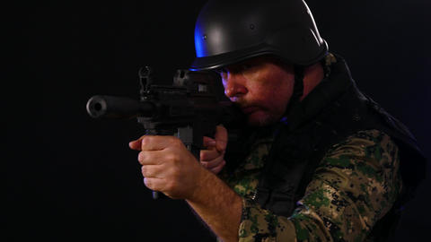 Soldier aiming looking for enemy with assault rifle Live影片