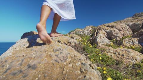 Bare female legs walking feets on rocky terrain Live影片