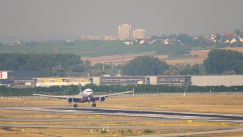 United Airlines Boeing 777 landing Footage
