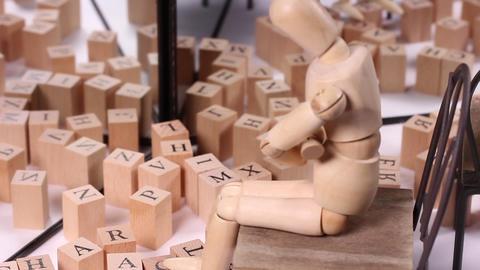 鏡に映る文字ブロックと木の人形 ライブ動画