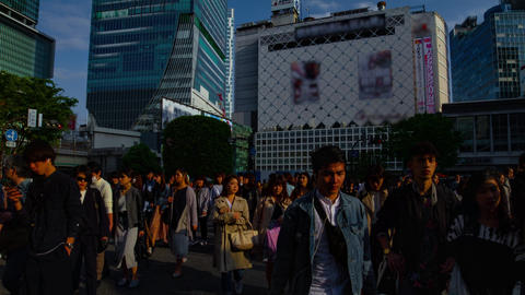 A timelapse of people at the crossing in Shibuya Tokyo daytime wide shot tilt ビデオ