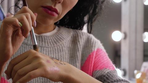 Makeup artist mixes the shadows Live Action