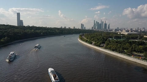 The summer Moskva river with many ships Archivo