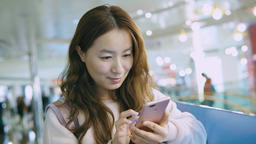 Young Woman Use Of Mobile Phone In Shopping Mall Live影片