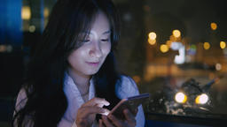 Asian Businesswoman Use Of Mobile Phone At Night ライブ動画