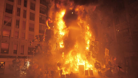 A bonfire on the final night of Falles in Valencia Archivo