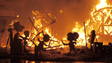 The remains of celebrational constructions burning on Falles night Archivo