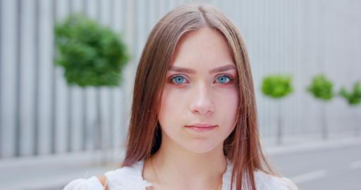 Young Lady Outdoors. Emotion Acción en vivo