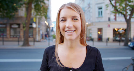 Young Lady Smiling Outdoors. Emotion Acción en vivo