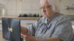 Funny angry old woman with laptop computer Filmmaterial