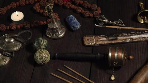 singing bowl, prayer beads, prayer drum, stone balls and other Tibetan religious objects for Acción en vivo