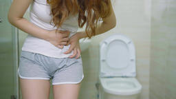 Woman With Urine Urgency In The Toilet Live影片