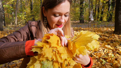 Pretty Woman Knits Yellow Maple Leaf Wreath Live Action