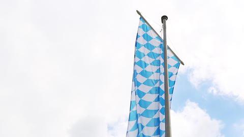 Bavarian flag with cloudy sky Filmmaterial