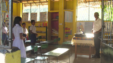 Sinhalese schoolchildren pray looking at teacher Archivo