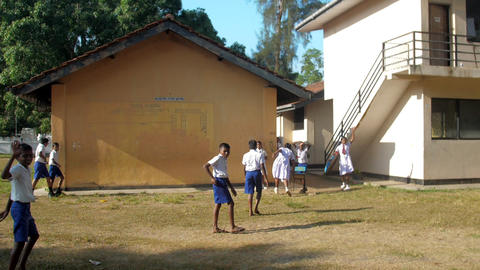 Sinhalese schoolkids walk to building after break Archivo