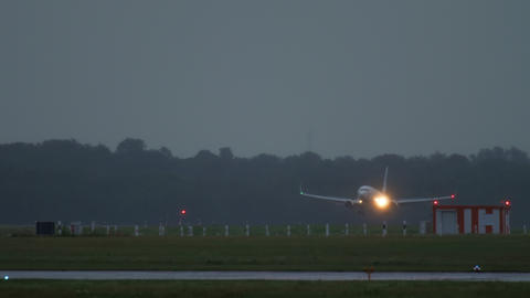 Airplane approaching and landing at early morning Archivo