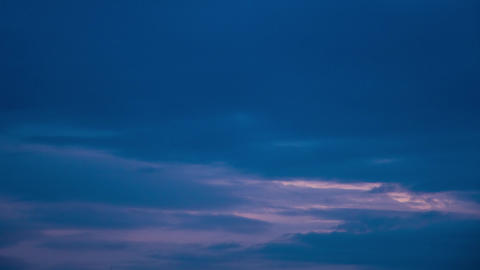 Dramatic darkening sky before a thunderstorm, evening clouds fade into night, time lapse Archivo