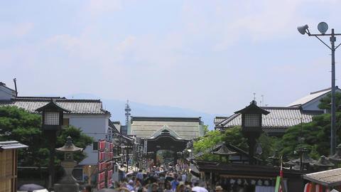 Crowded with tourists, the approach of Zenkoji./国宝、善光寺の参道 ライブ動画
