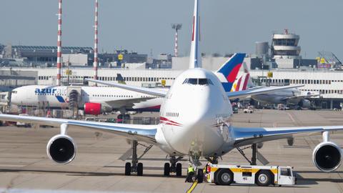 United Arab Emirates Royal Flight Boeing 747 towing Archivo