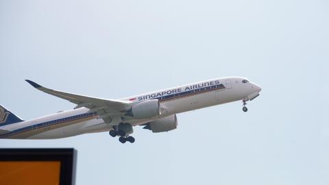 Widebody airplane departing Archivo