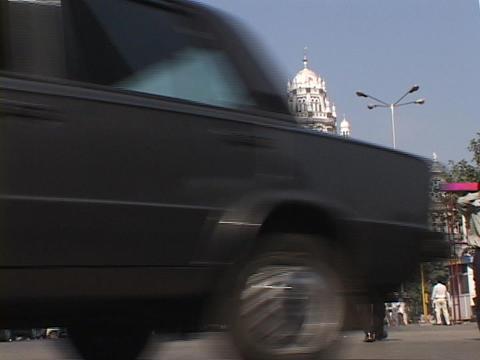 Pedestrians and traffic move along a Mumbai city street Stock Video Footage