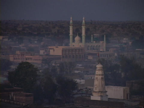 A mosque stands in skyline of Rajasthan, India Stock Video Footage